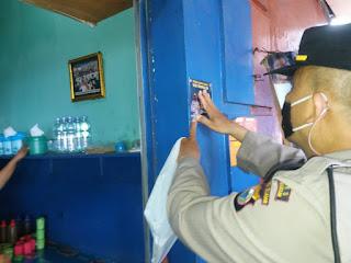 Personil  Polsek Ujung Tanah Pasang Stiker 5 M terkait Prokes di Rumah Warga