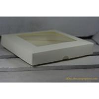 https://www.artimeno.pl/pudelka-na-kartki-kwadratowe/6996-reczy-z-papieru-pudelko-na-kartke-z-okienkiem-kwadratowe-kemowe-15x15x25.html