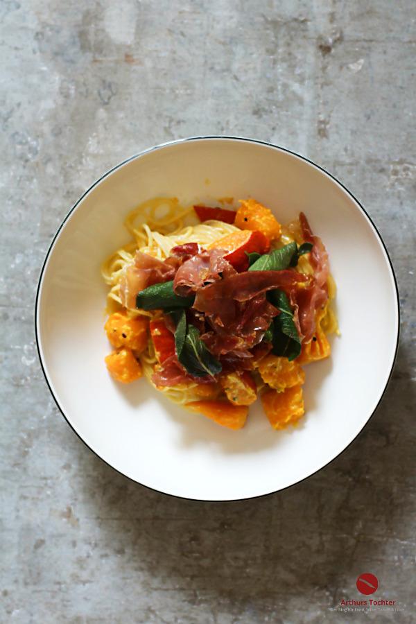 Spaghetti mit cremigem Kürbis, Käsesauce, Parmaschinken und knusprigem Salbei #spaghetti #nudeln #pasta #teampastatäglich #einfach #schnell #kürbis #herbst #schinken #parmaschinken #salbei #hokkaido #kürbisliebe #rezept #kinder #foodblog #foodphotography #arthurstochter #rheinhessen #mainz #backofen #ofen #backofen #ingwer #kokosmilch #italienisch