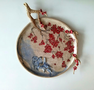 Annapia Sogliani ceramic art gallery showroom plat sculpture  céramique fait décoré main cerisiers japonais poisson piatto scultura in ceramica fatto decorato a mano fiori di ciliegio pesce