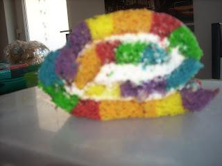 Biskuitrolle in Regenbogendesign