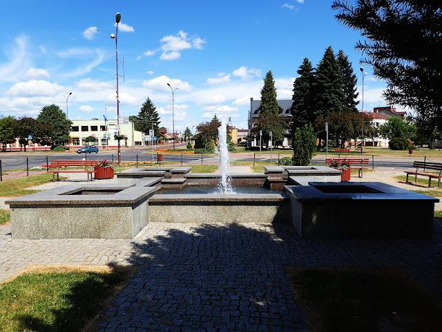 Kwadratowość udziela się nawet fontannie