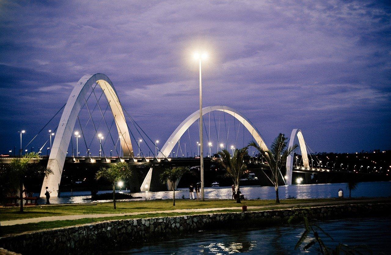 ponte com 3 arcos em um lago a noite