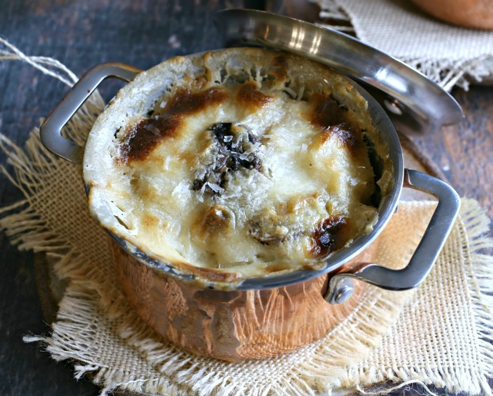 Recipe for homemade noodles with a sauce of mushrooms and Pecorino Romano cheese.