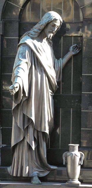 Jesus está a toda hora batendo na porta da alma pecadora
