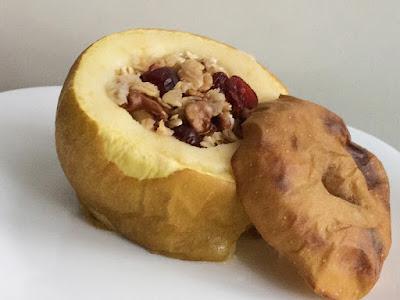Pieczone jabłko z bakaliami