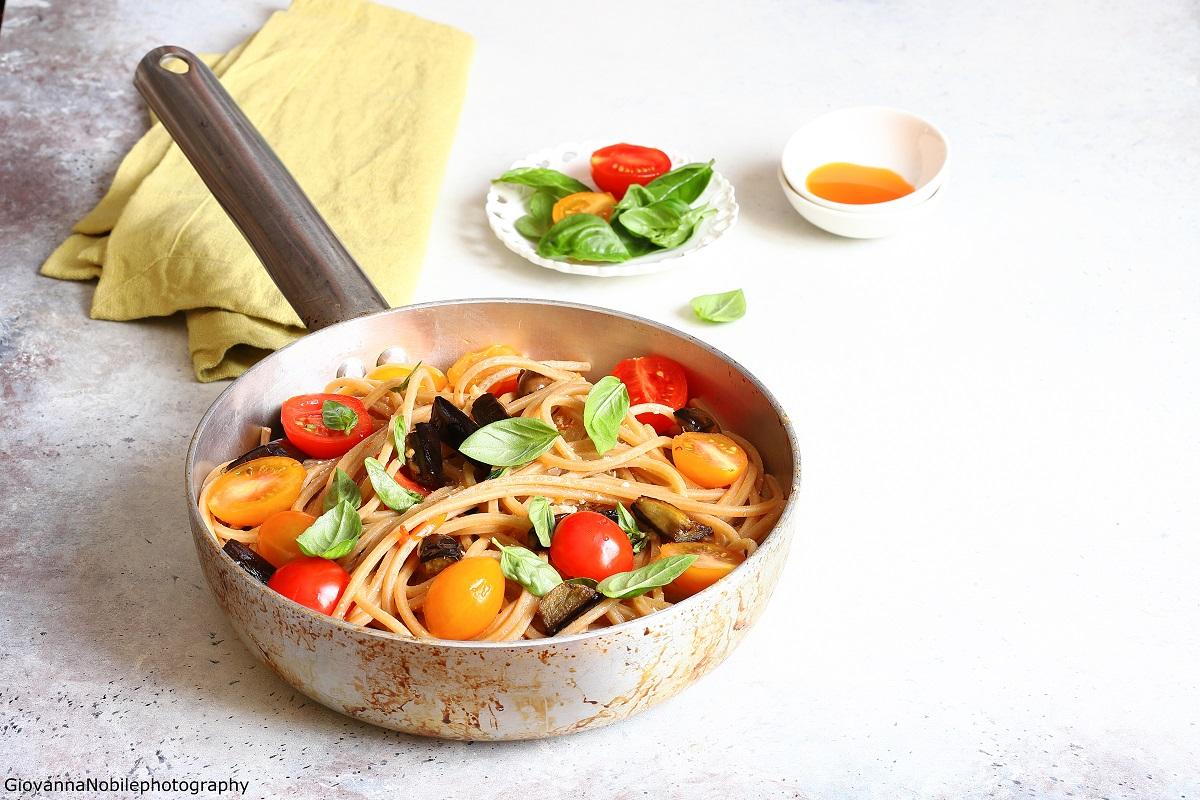 Spaghetti con pomodori, melanzane e ricotta salata