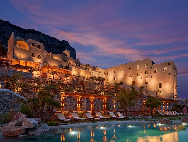 5 resorts built craggy cliffs famous in the world