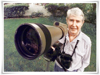 photo phoebe snetsinger saat melakukan pengamatan burung