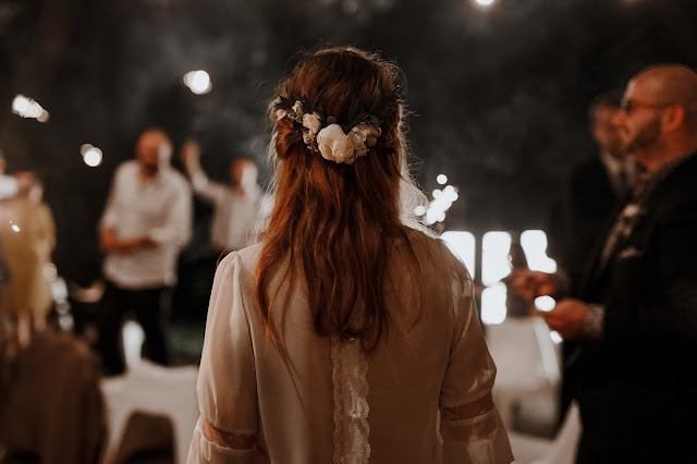 Panna Młoda wśród gości na plenerowym weselu. Lightsome Studio
