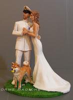 Statuette sposi in divisa con cane ritratto sposi e animali domestici orme magiche