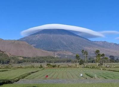 awan topi gunung rinjani; fenomena awan topi gunung rinjani; fenomena awan caping gunung rinjani; awan caping; awan topi; awan caping rinjani; fenomena alam;