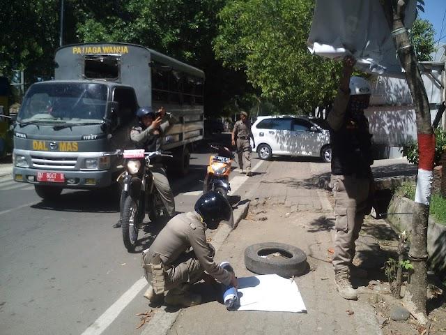 Sat Pol PP Kabupaten Wajo Tertibkan Baliho Dan Atribut Yang Menempel  Di pohon