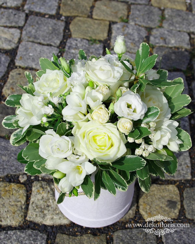 Flowerbox białe róże i frezje dla Rodziców Młodej Pary