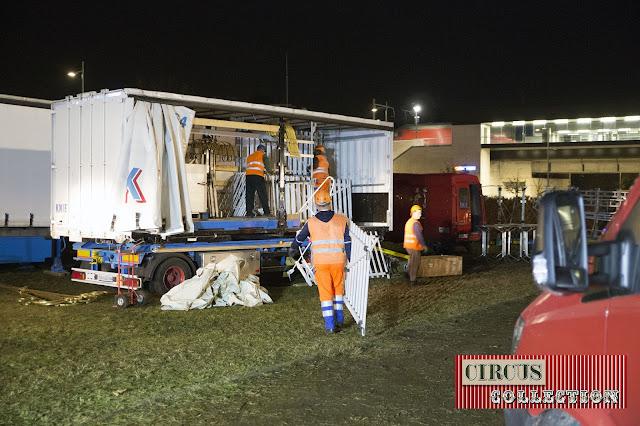 les ouvrier chargent les barrières du cirque