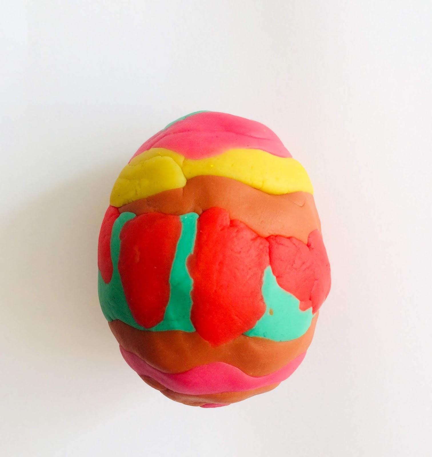 Ouă decorate cu plastilină