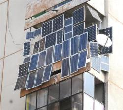 В 2016 ГОДУ РОССИЯ НАЧНЕТ ПЕРЕХОДИТЬ НА СОЛНЕЧНЫЕ БАТАРЕИ В 2016 году Россия будет активно переходить на использование солнечной энергии. К новому источнику энергии давно присматривались в качестве хорошей альтернативы уже использующимся технологиям на территории РФ. В недалёком будущем солнечные батареи составят внушительный процент на рынке электроснабжения и будут на равных конкурировать с ныне имеющимися источниками энергии, которые считаются более опасными с точки зрения экологии и затратными с точки зрения экономики, а может и вовсе постепенно вытеснят их. Подобное решение пришло после грандиозного обвала на токийской бирже в сфере реализации кремния, материала, который является неотъемлемой составляющей в разработке солнечных батарей. Стоит также отметить, что кремниевые солнечные батареи являются разработкой советского и российского инженера Жореса Алфёрова, последнего живого отечественного учёного, который получил Нобелевскую Премию в области физики. Российские специалисты сообщают, что именно за солнечной энергетикой будущее электроснабжения. Уже в ближайшее время солнечные батареи могут вытеснить атомные и даже угольные электростанции, которые помимо пользы также наносят и вред экологии в регионе их расположения. Как устанавливается солнечная батарея на балконе Использование бесплатной энергии солнца интересует многих людей. Некоторые из них устанавливают солнечные энергосистемы на крышах домов, другие – на свободных участках частных землевладений. Но не у всех есть такая возможность из-за отсутствия индивидуального отдельно стоящего дома, поэтому все чаще владельцы квартир монтируют вырабатывающие энергию солнечные батареи на балконе. Устройство балконных панелей Солнечные батареи, эксплуатируемые на балконе, ввиду ограниченной площади места их установки, должны иметь высокую энергетическую эффективность при достаточно компактных габаритных размерах. Для достижения этой цели балконные панели комплектуются инверторами повышенной способности, обладающими б