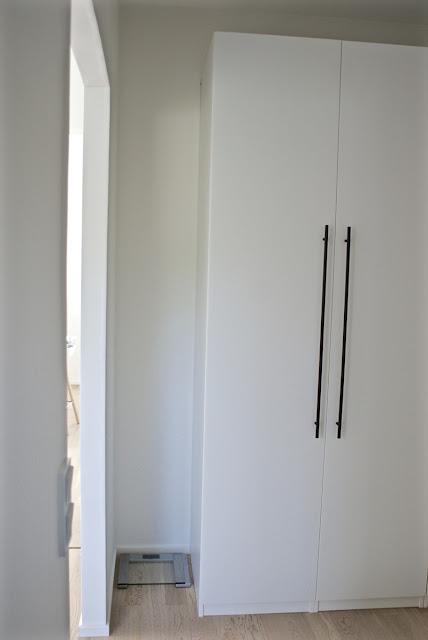 cole & son, mustat vetimet, vaatekaappi, valkoinen sisustus, skandinaavinen, zicos