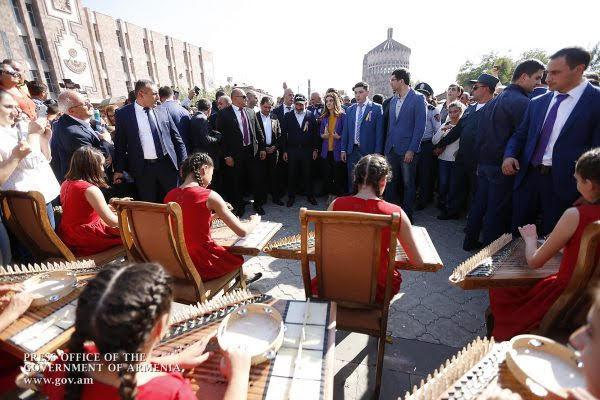 El Primer Ministro recorrió la plaza central de la ciudad de Etchmiadzin y vio los pabellones que mostraban artesanías de los lugareños.