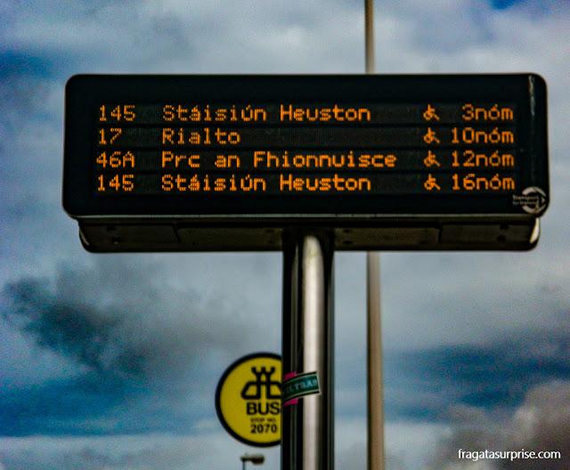 Painel informa os horários dos ônibus na parada de ônibus em Dublin