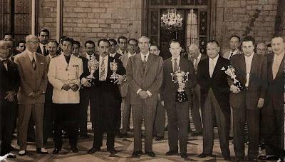 Jaume Lladó Lumbera con el trofeo de Campeón de España de Ajedrez 1956