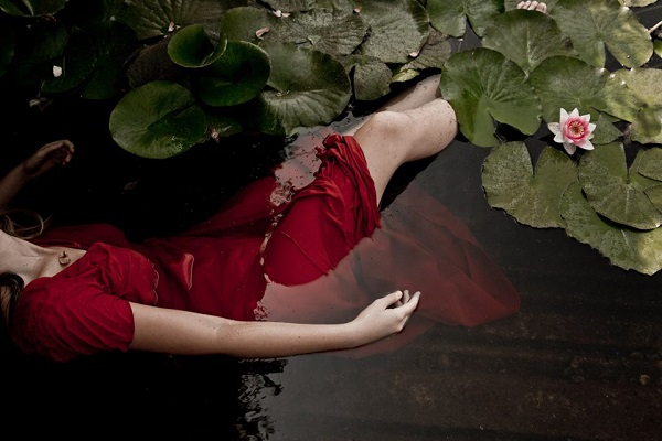Εκείνοι οι έρωτες που έρχονται, σε πονάνε και φεύγουν....Κι αν μείνουν, τι να σου πω, αλυσόδεσε τους.