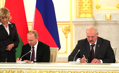 Signing the documents following the meeting of the Supreme State Council of the Union State of Russia and Belarus.