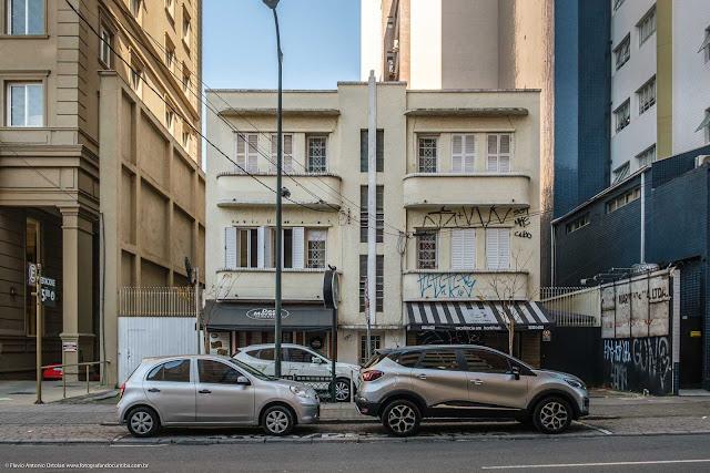 Um pequeno edifício na Alameda Doutor Carlos de Carvalho