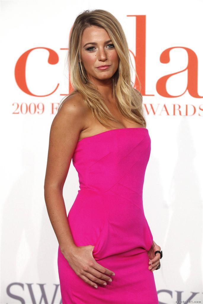 Celebrity Bra Size: Blake Lively - 90D (34C)  Celebrity Bra S...