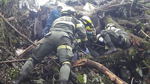 policia en labores de rescate accidente avión chapecoense