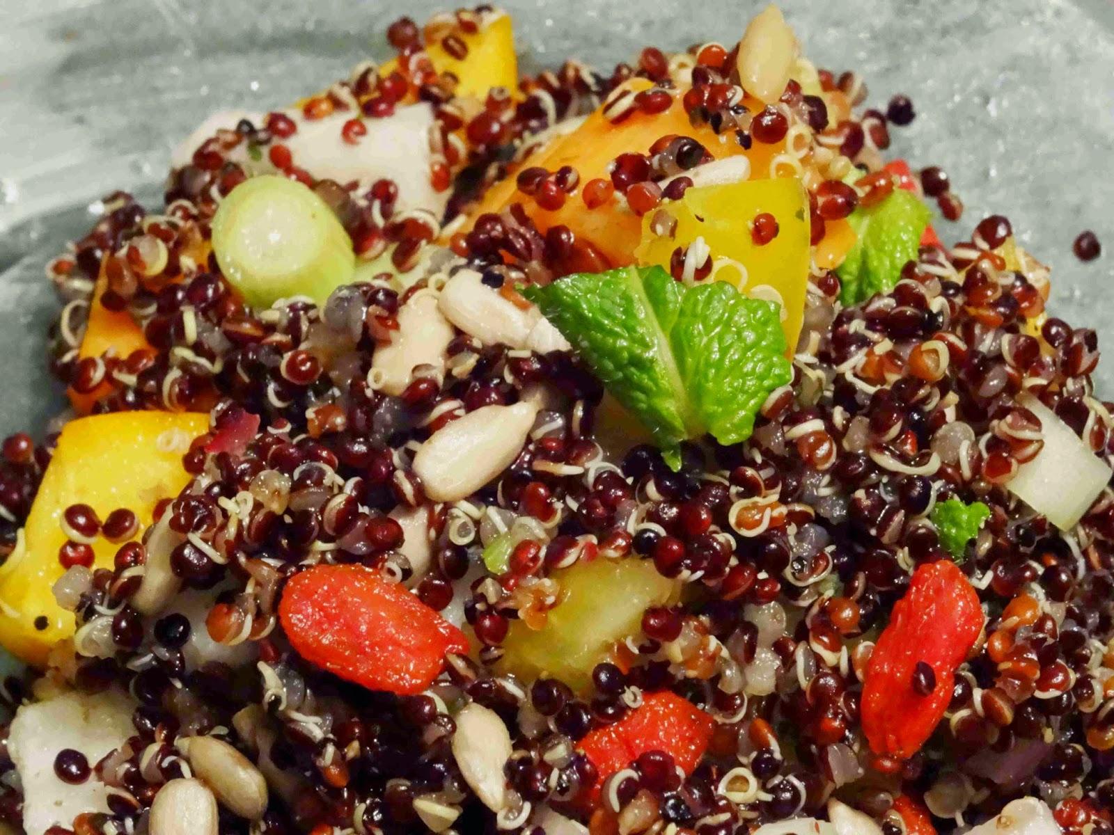 Dunkler Quinoa-Salat mit Avocado-Sesam-Dip