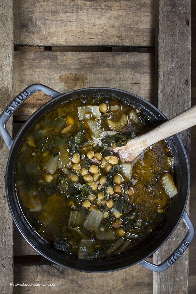 Pentola contenente minestrone invernale di cardi, ceci e biete
