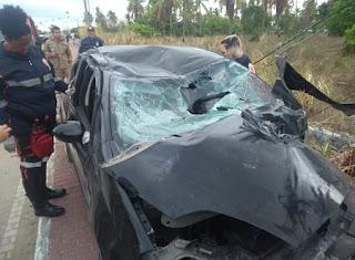 Carro bate em poste, capota e duas pessoas morrem em rodovia