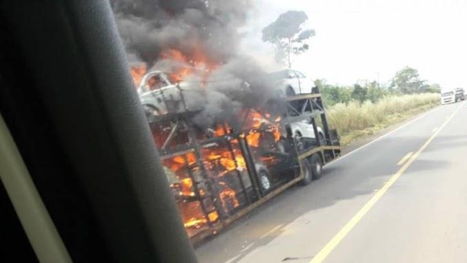 Carreta-cegonha pega fogo e destrói vários veículos de passeio na BR-364