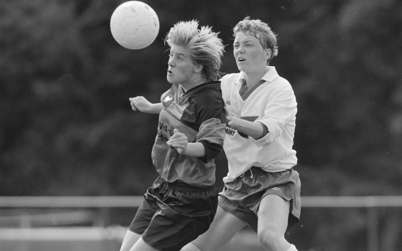 Jogadoras de Schmalfelder SV e SC Poppenbüttel batalham pela bola na primeira partida da história da Frauen-Bundesliga (Witters/Wilfried Witters)