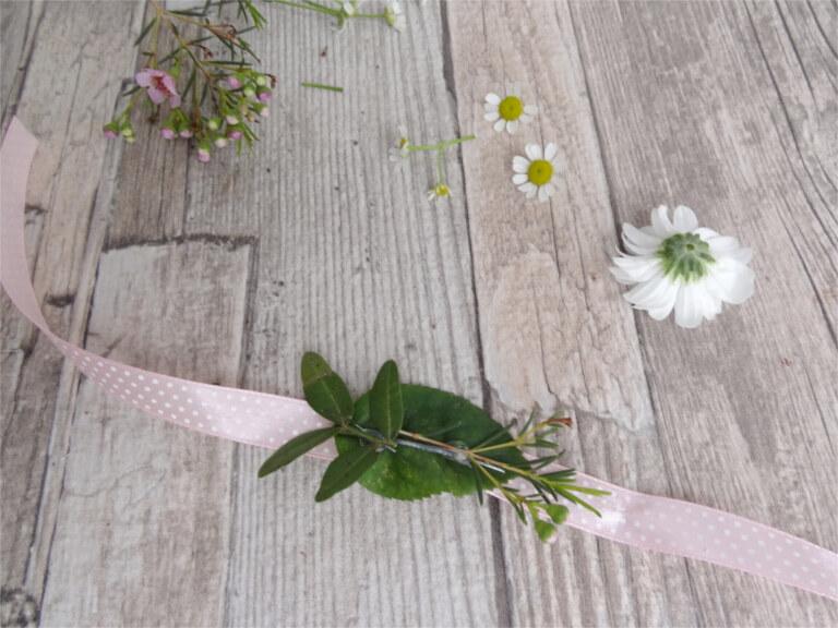 DIY Anleitung Blumenarmband Hochzeit JGA Braut Brautjungfern