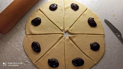 przepis na rogaliki z drożdżowego ciasta