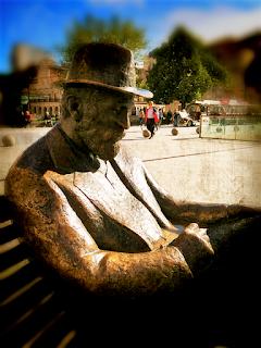 Escultura de bronce de Antonio gaudí frente a la Casa Botines de León