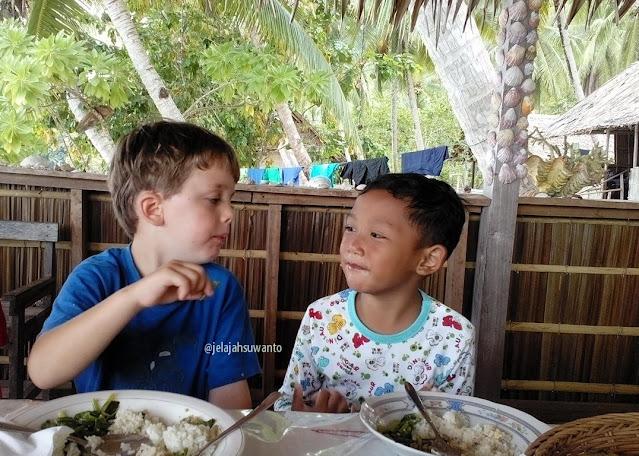 Makan bersama di Batu Lima Homestay Raja Ampat ⒸJelajahsuwanto