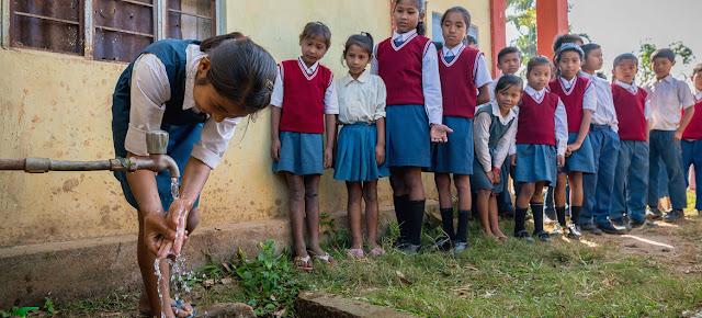 Estudiantes de una escuela en Meghalaya, India, hacen fila para lavarse las manos.© UNICEF/Vinay Panjwani