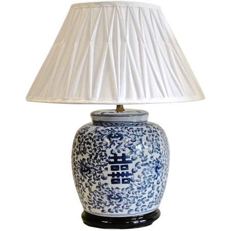 Klassisk kinesisk lampa med plisserad skärm.