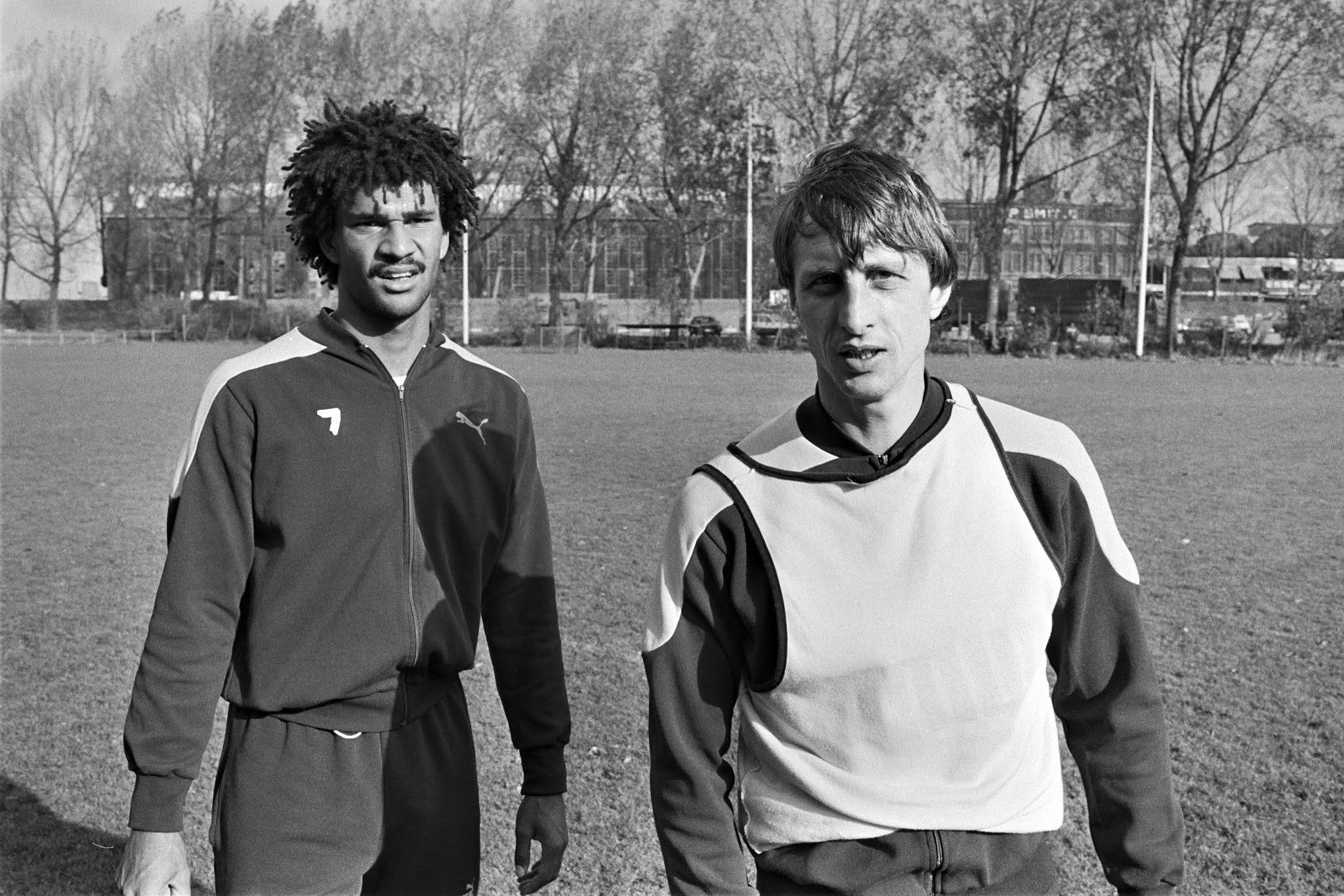 Ruud Gullit en Johan Cruijff tijdens een training van Feyenoord