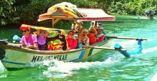 keseruan naik perahu di green canyon