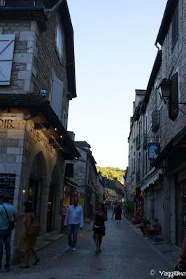 La Via principale di Rocamadour con i negozi e le case in pietra