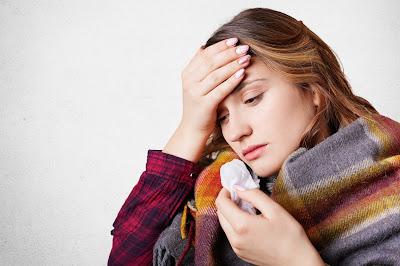 Mujer con resfrío