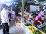 Petugas Ingatkan Pedagang Pasar Tradisional, Tetap Prokes