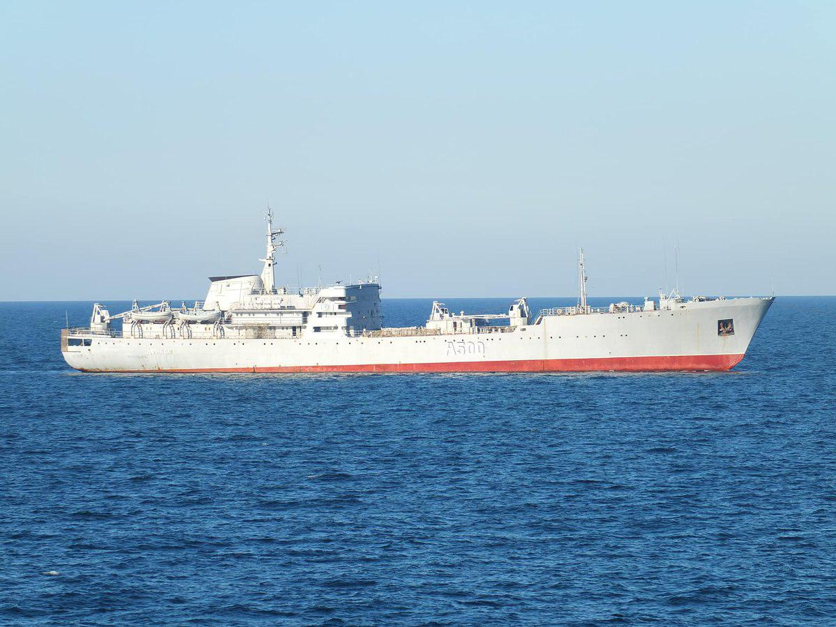 на фото Українські військові кораблі йдуть на Азов
