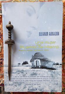 Portada del libro Una mujer del pueblo de hierro, de Eleanor Arnason