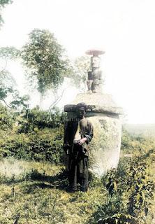 sebuah batu berbentu guci dan seorang pria