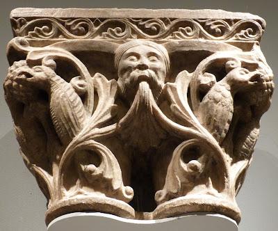ROMÁNICO EN NUEVA YORK. THE MET. Capitel doble máscaras y pájaros